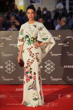 Juana Acosta - oriental inspiration in Cinema Malaga Festival Beautiful Gowns, Beautiful Outfits, Trendy Dresses, Nice Dresses, Hijab Fashion, Fashion Dresses, Robes Glamour, Mode Kimono, Modelos Fashion
