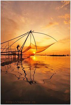 More about exotic places will extra low costs - https://www.facebook.com/aintadream Morning fishing Sunrise Vietnam river Clique aqui http://mundodeviagens.com/viajar-barato/ e descubra agora excelentes plataformas online para Viajar Barato!