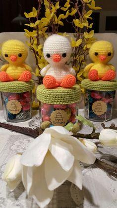 Paaskuikens. Gratis patroon van Mykrissiedolls Easter Crochet Patterns, Crochet Doilies, Knitting Patterns, Crochet Jar Covers, Boyfriend Crafts, Crochet Kitchen, Easter Crafts For Kids, Valentine's Day Diy, Valentines Diy