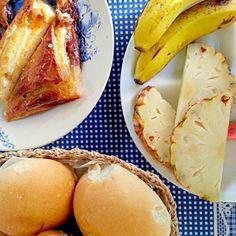 キューバの朝ごはん!カラメルのかかった甘いパンと新鮮なフルーツ!バナナ、パイナップル、グァバ、パパイヤです。 - 22件のもぐもぐ - Cuba breakfast! Sweet bread and fresh fruits! by Discover the world through kitchens!世界の食卓を旅しよう!