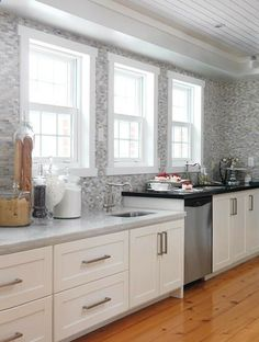 """i am loving the """"eurosplash"""" (a backsplash that goes all the way to the ceiling #kitchen #tile"""