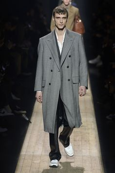 Dunhill Fall 2018 Menswear Fashion Show Collection Cool Outfits For Men, Mens Dress Outfits, Men Dress, Trendy Mens Fashion, Mens Fashion Blazer, Men's Fashion, Fashion 2018, Stylish Men, Men's Spring Summer Fashion