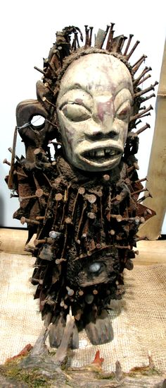 Traditionelle Afrikanische Kunst Nagelfetische aus Kongo bei MAKEBA African Art Galerie & Shop, Rosenhof 2-4, Chemnitz oder http://makeba.de/