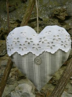 Avec une broderie anglaise                                                                                                                                                     Plus Pochette Portable, Shabby Chic Quilts, Small Sewing Projects, Sewing Crafts, Shabby Chic Hearts, Patchwork Heart, Craft Stalls, Fabric Hearts, Kitchen Hand Towels