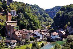 Friburgo, consideradauna de las capitales de la Selva Negra, es una ciudad llena de vida que posee uno de los cascos históricos más bellos de Alemania. Ubicada enun entorno magnífico, rodeada de los bosques característicos de esta zona del país, no se sabesi la razón por la que los habitantes de Friburgo son un Places Ive Been, Places To Visit, Travel Music, Swiss Alps, Eurotrip, Animal Crossing, Switzerland, Beautiful Places, Amazing Places