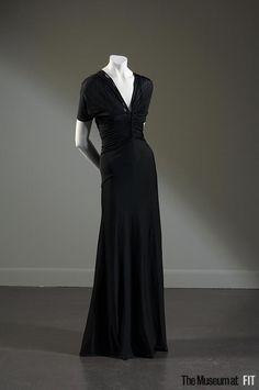 Мадам Гре (1903-1993) занималась модой пятьдесят лет. Ее главным талантом было умение работать с тканью. И это неудивительно, ведь она собиралась стать скульптором. Однажды она сказала: 'Для меня нет разницы: работать с тканью - это то же самое, что работать с камнем'. Мадам Гре (урожденная Жермен Эмили Кребс) родилась в Париже в 1903 году. Первое ателье она открыла в начале 1930-х годов под именем Аликс Бартон.
