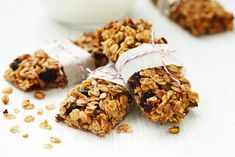 Granola Bars recipe: Yummy granola bars that you will bake a again and again. Simple, fast, filling, healthy, and they taste way better than any granola bar your going to buy at the store! Granola Barre, Homemade Granola Bars, Homemade Cereal, Homemade Recipe, Cereal Bars, Granola Cereal, Oat Bars, Breakfast Bars, 200 Calories
