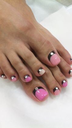 normally I really don't like looking at feet ,toes haha but I love this nail art idea!