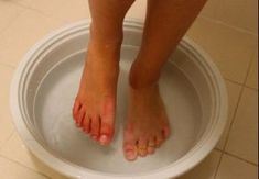 Learn how to use baking soda to remove foot calluses. Skin Care Regimen, Skin Care Tips, Baking Soda For Hair, Oil Free Makeup, Wash Your Face, Feet Care, Alter, Good Skin, Dry Skin