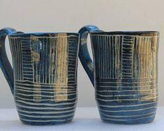 Tasse en grès bleue engobée sculptée et vernis transparent brillant