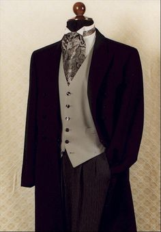 Men's Edwardian Frock Coat - worn open & over a vest, It reached almost to the knees & was usually double-breasted. Men wore it with checked or pinstripe trousers. Edwardian Costumes, Edwardian Clothing, Edwardian Dress, Edwardian Fashion, Edwardian Era, Vintage Clothing, Big Men Fashion, Mens Fashion Suits, Luxury Fashion