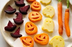 Awesome Halloween idea! With sweet potato jack-o-lanterns, beet root witch's hats, and spooky potato ghosts, this Halloween Roasted Veggies recipe is a healthy way to celebrate this October! Perfect to serve for snack or as a side dish, vegan, gluten-free, and a dish the whole family will love. Halloween Snacks For Kids, Healthy Halloween Treats, Halloween Dinner, Halloween Crafts, Halloween Ideas, Halloween Decorations, Halloween Sweets, Halloween Goodies, Toddler Halloween