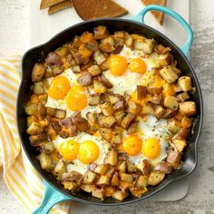 Baked Cheddar Eggs & Potatoes I love making breakfast recipes with eggs for dinner, especially this combo with potatoes and cheese that's started in a skillet on the stovetop and then popped into the oven to bake. Breakfast Desayunos, Breakfast Skillet, Breakfast Potatoes, Breakfast Dishes, Potato And Egg Breakfast, Brunch Egg Dishes, Campfire Breakfast, Iron Skillet Recipes, Cast Iron Recipes