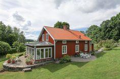 Husets baksida med grusad rundel för sköna stunder i skuggan.