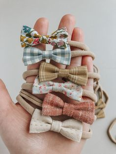 A variety of simple handmade baby bow clips and headbands to match your Billy Bibs gear. Baby Girls, Handgemachtes Baby, Baby Girl Bows, Girls Bows, Newborn Bows, Newborn Headbands, Baby Girl Headbands, Baby Turban, Baby Motiv