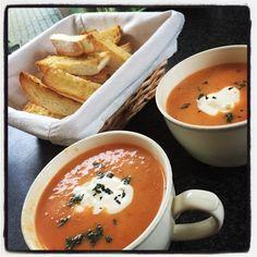 Tomaat-paprikasoep met parelcouscous en knoflook-soepstengels Lekker zoet door de gedroogde abrikozen #HelloFresh
