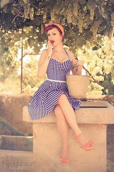 Style vestimentaire original, femme romantique, robe cintrée, bandeau dans les cheveux, panier en osier, Rockabilly Girl, Vintage Fashion, Retro Style