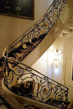 Staircase Interior Design, Staircase Railing Design, Luxury Staircase, Modern Stair Railing, Metal Stairs, Iron Handrails, Wrought Iron Stair Railing, Wrought Iron Decor, Flur Design