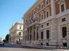 La sede dellaBanca d'Italiasorge inlargo Cavour, tra ilPalazzo della Camera di Commercioe ilTeatro Petruzzelli. Lo stabile, costruito nel 1926, su progetto dell'ingegnerAccolti Gil, sorge su…