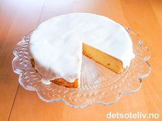 """Dette er en enkel, men utrolig god """"Sitronkake"""". Kaken er svært myk og saftig, og har en frisk og deilig smak av sitron. En av de beste formkakene jeg vet om! Cupcake Cakes, Cupcakes, Norwegian Food, Cookie Pie, Recipe Boards, Pie Dish, Camembert Cheese, Muffins, Food Porn"""
