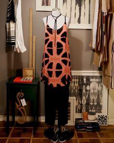 Vestido ORUM Red Shibori // Gargantilha ORUM Freestyle // Calça ORUM Alfaiataria Confortável Preta