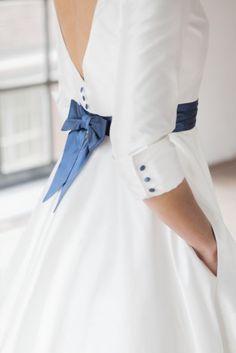 tea length brautkleid im 50s look mit tiefem rückendekolleté und u- boot ausschnitt. hochzeitskleid mit ärmeln und gürtel in kobaltblau
