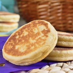 Gorditas de Nata Caseras Gorditas delicious little thick corn tortillas stuffed with savory fillings are easy to make at home. Mexican Food Recipes, Sweet Recipes, Dessert Recipes, Gorditas Recipe Mexican, Mexican Sweet Breads, Mexican Bread, Good Food, Yummy Food, Food Videos