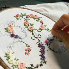 На данном изображении может находиться: один или несколько человек Diy Embroidery Letters, Cushion Embroidery, Embroidery Sampler, Embroidery Saree, Hand Embroidery Flowers, Embroidery Hoop Art, Cross Stitch Embroidery, Embroidered Flowers, Embroidery Patterns