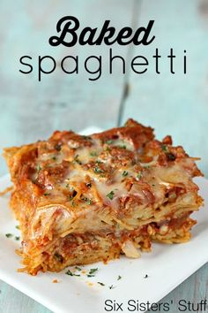 dishes for dinner Baked Spaghetti Casserole is a spin on a classic dish: red meat sauce layered with spaghetti noodles and lots of gooey cheese. It is perfect for feeding a crowd or save half of the dish for dinner another night. - Six Sisters Stuff Dinner Dishes, Pasta Dishes, Food Dishes, Main Dishes, Side Dishes, Pasta Recipes, Beef Recipes, Dinner Recipes, Cooking Recipes