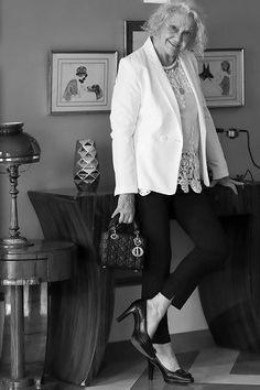 Seconde main de luxe on en parle ? - MireilleOver60 La Vitrine à Nice est un dépôt-vente pas comme les autres. Uniquement des accessoires, principalement des chaussures, très haut de gamme. Remises en état par des professionnels avant d'être proposées à la vente. Concept innovant et unique. On  adhère totalement Ouverture 20 septembre 2020 au 7 rue de Russie Nice, et en ligne. #chaussures #luxe #secondemain #recyclage #antigaspi #stopwaste #upcycling Mode Cool, Totalement, Celine, Unique, Blog, Jackets, Fashion, Glass Display Case, Ladies Shoes