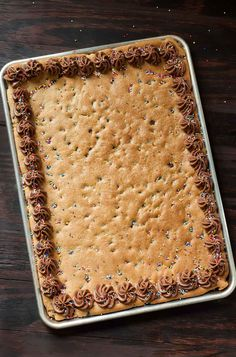 Homemade Sheet Pan Cookie Cake Recipe - This classic chocolate chip cookie cake is a total game changer in sheet pan form! Serves a crowd. cake recipe Sheet Pan Cookie Cake Recipe - Peas And Crayons Chocolate Peanut Butter Frosting, Chocolate Chip Cookie Cake, Chocolate Chips, Köstliche Desserts, Delicious Desserts, Dessert Recipes, Pan Cookies, Cookies Et Biscuits, Pizza Cookies