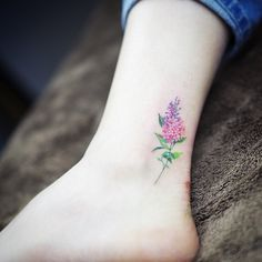 What does lilac tattoo mean? We have lilac tattoo ideas, designs, symbolism and we explain the meaning behind the tattoo. Lila Tattoo, 16 Tattoo, Unalome Tattoo, Tattoo Motive, Ankle Tattoo, Tattoo Life, Cuff Tattoo, Wrist Tattoo, Small Flower Tattoos