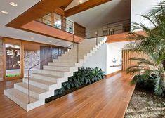 Alguns espaços em interiores podem render muito mais do que você imagina na decoração. Uma das áreas mais desprezadas é a região embaixo da escada, pouco incluída em projetos decorativos por não ser atrativa ao visual. Diante de tantos cômodos legais, por que decorar esta parte em específico? Simples, porque ela vai ser vistas. Tudo … Arch Interior, Interior Design, Types Of Stairs, House Stairs, Under Stairs, Staircase Design, Modern House Design, Villa, Living Room