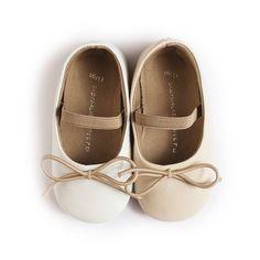 Нежни обувки с ластиче,което да придържа детското краче в правилната позиция. Стабилността и удобството им ги прави идеални за първите стъпки на вашето дете. Изработени от естествена кожа, с мека подметка осигуряваща оптимален комфорт на детето. Предлагат се в два цвята-бяло и екрю. www.bubukabg.com Ballet Dance, Dance Shoes, Slippers, Lace Up, Flats, Kids, Fashion, Kids Fashion, Shoes For Girls