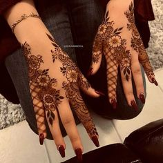 Searching for stylish mehndi designs for the party that look gorgeous? Stylish Mehndi Design is the best mehndi design for any func. Henna Hand Designs, Dulhan Mehndi Designs, Pretty Henna Designs, Mehndi Designs Finger, Khafif Mehndi Design, Floral Henna Designs, Arabic Henna Designs, Mehndi Designs For Beginners, Modern Mehndi Designs