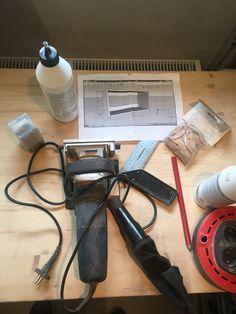 En lille teaser til gør-det-selv folkene derude som mangler en reol.    Materialer:     1 stk. 15 mm hårdttræskrydsfiner - DLH    Værktøj:     Hammer  Vinkel  Trælim  Kiksemaskine akalamelfræser  Dyksav  Sandpapir