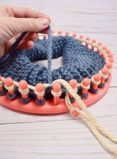 How To Change Colors On A Knitting Loom - Dream * so ändern sie die farben auf einer strickmaschine - dream * * comment changer les couleurs sur un métier à tricoter - dream * cómo cambiar los colores en un telar de punto - sueño Loom Knitting For Beginners, Round Loom Knitting, Loom Knitting Stitches, Loom Knitting Projects, Yarn Projects, Knitting Socks, Knifty Knitter, Fall Knitting, Knitting Machine