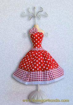 Maniquí de resina con vestido de tela de lunares en combinación de color rojo y blanco, diseñado para colgar collares y pendientes, aparte de ser una bonita figura decorativa.
