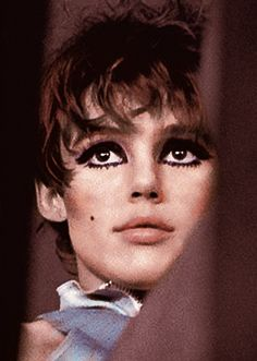 a bit of grungy Edie Sedgwick eye makeup too. Edie Sedgwick, 60s Makeup, Vintage Makeup, Grungy Makeup, Andy Warhol, People Like, Pretty People, Chelsea Girls, Thats The Way