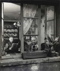 Doisneau : Concierges rue du Dragon, Paris 1945 http://piccsy.com/2011/06/robert-doisneau-concirges-rue-du-dragon-paris-1945/