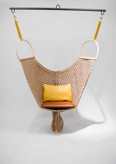 cadeira de balanço de patricia urquiola para a coleção objets nomades, da louis vuitton
