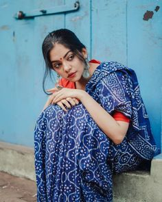 Looking forward to wear a Indigo saree? Here is the perfect style inspiration to pull off this saree! Indian Photoshoot, Saree Photoshoot, Girl Photo Poses, Girl Poses, Indigo Saree, Saree Poses, Portrait Photography Poses, Photography Women, Indian Look