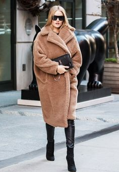 Stepping out: Rosie Huntington-Whiteley made a low key appearance in New York on Thursday afternoon Source by coat outfit Rihanna Street Style, Berlin Street Style, Model Street Style, Street Style Looks, European Street Style, Italian Street Style, Nyc Fashion, Winter Fashion Outfits, Fall Winter Outfits