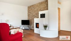 Moderner weiß gemauerter Kachelofen. #Kachelofen #Speicherofen #Fireplace www.ofenkunst.de