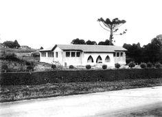 Fevereiro de 1943 - Escola Municipal do Guabirotuba.Fonte: Coleção Arthur Wischral. Acervo: Casa da Memória/Diretoria do Patrimônio Cultural/FCC.A escola localiza-se na Estrada Curitiba-São José dos Pinhais (atual Avenida Salgado Filho), ao lado do Matadouro Municipal.