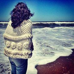 poncho de El Camarín Knitted Shawls, Crochet Shawl, Knit Crochet, Crochet Wrap Pattern, Crochet Patterns, Ponchos Boho, Crochet Fashion, Crochet Accessories, Beautiful Crochet