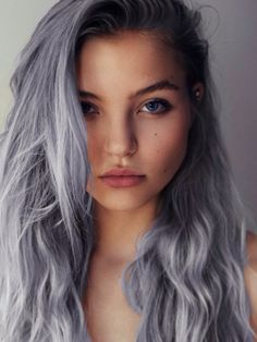 Dye your hair simple & easy to ashy silver hair color - temporarily use platinum silver hair dye to achieve brilliant results! DIY your hair cool silver with hair chalk Grey Hair Chalk, Blue Grey Hair, Grey Hair Dye, Ombre Hair, Wavy Hair, White Hair, Green Hair, Blonde Ombre, Silver Blue Hair Dye