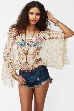 Blusa ampla e curtinha em crochet de grampo.