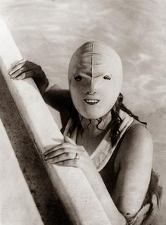 Scary!!...History In Pictures ‏@historyepics 5 hrs5 hours ago Full face swimming mask, 1928.