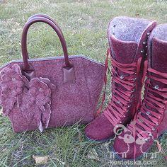 Это тот случай, когда мама заказывает обувь, носит, а затем заказывает сыну. Детские будут представлены отдельно, а в этих ботинках есть нечто интересное. Создавались они вместе с сумкой, для которой я делала полотно, а мастер по коже собрал саму сумку. Крксивый и очень необычный комплект. Но видели бы его хозяйку! Яркая, сильная, жнественная и стильная Таисия. Ведь именно она хозяйка той самой юбки из 13 цветов шерсти! Combat Boots, Shoes, Fashion, Moda, Zapatos, Shoes Outlet, Fashion Styles, Shoe, Footwear